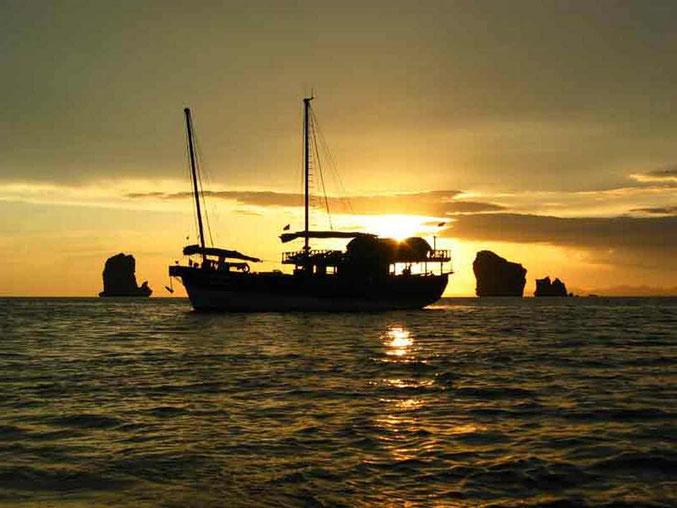 Gehen Sie in Thailand auf einen Segeltörn und segeln Sie mit einer Dschunke durch die Andaman See.