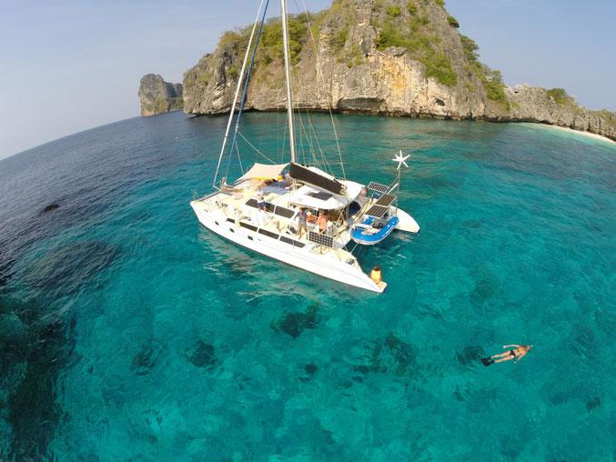 Erleben Sie mit einem Yachtcharter Top-Urlaub und segeln Sie mit einem Katamaran durch die schönsten Segelreviere in Thailand.