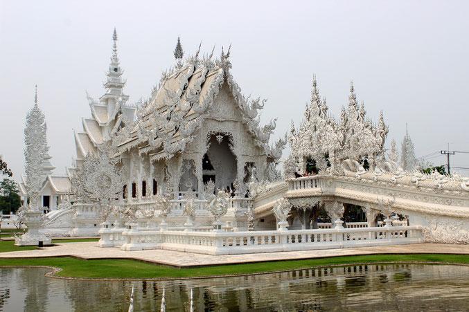Auf einmaligen individuellen Routen reisen Sie durch Nordthailand nach Chiang Rai zum Wat Rong Khun.