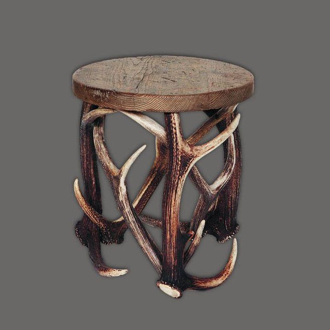 Kleiner_Hocker_aus_Geweihstangen_mit_Sitzfläche_aus_Holz