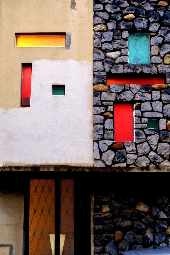 """La façade sert de cadre à quelques verres de couleur. Il faut passer à la """"bonne heure"""" pour bénéficier de l'ensemble éclairé (rue du Printemps)."""
