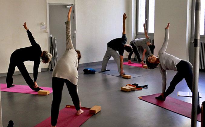 Un cours avec des élèves très appliqués, et un joli mouvement d'ensemble dans un silence concentré (!)