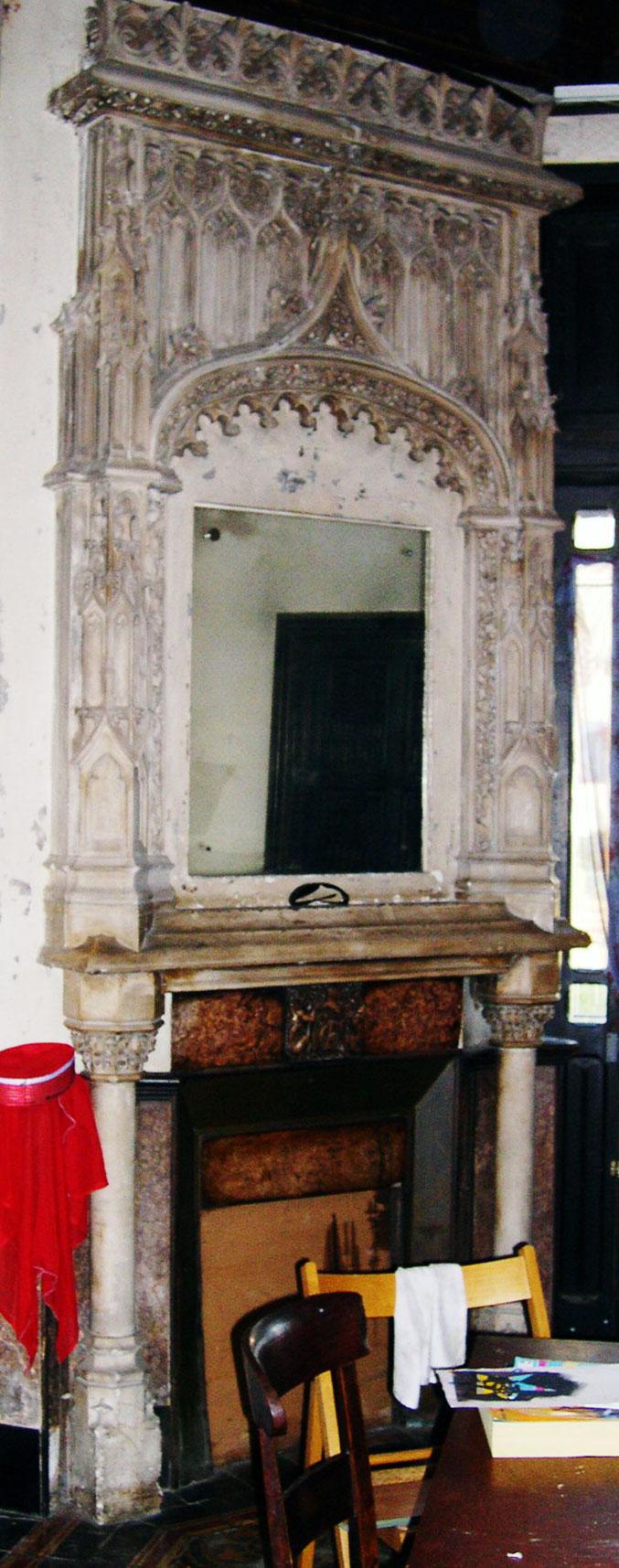 Château du Verrier. La photo a été prise à la sauvette en 2006 pendant le squatt. Le marbre rose se mêle au calcaire dont les sculptures gothiques grimpent jusqu'au plafond .  Cettecheminée est un des éléments majeur du décor de la pièce entière.