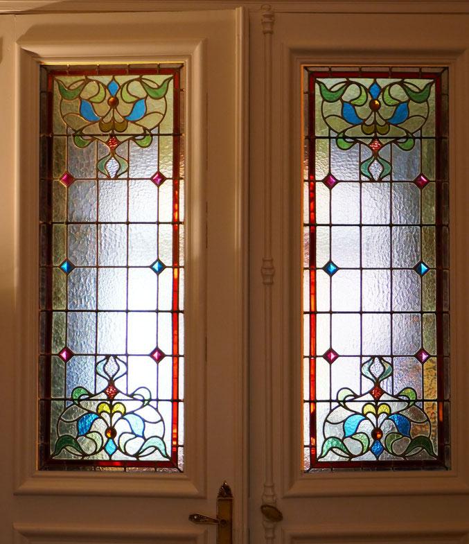 Entre les deux, une double porte dont le dessin rappelle le motif côté jardin