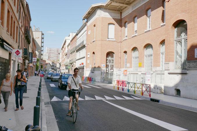 rue Matabiau, les travaux sont presque terminés le 31 août : trottoirs élargis, barrières multicolores et surélévation de la chaussée devant l'école. De gros progrès a priori, mais attendons l'avis des parents ...