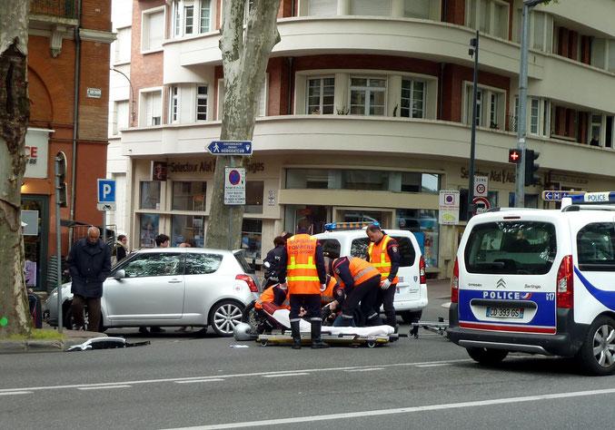 27 avril 2016 : sans doute une jambe cassée pour ce motard se dirigeant vers Jeanne d'Arc qui a rencontré une voiture venant de J. d'Arc et tournant à gauche rue Merly. Un grand classique, hélas !