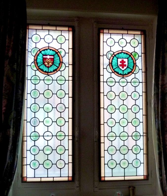 Vue de l'intérieur. Curieux médaillons, l'un avec un aigle à deux têtes, l'autre avec une croix de lorraine (ou d'Anjou ?)
