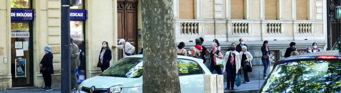 La queue avant l'accès au labo d'analyses médicales (20 mai 20)