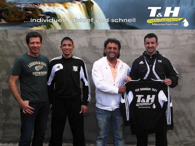 Freuten sich über die Unterstützung von links: Christian Heintze (Sportlicher Leiter), Manuel Schäfer (1. Mannschaft), Hanifi Ögretmen (Fa. T & H) sowie Trainer Markus Kubonik