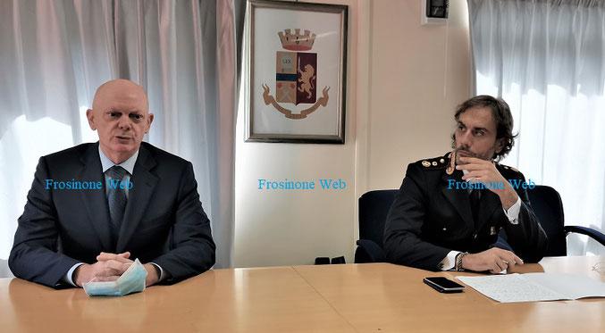 Il Questore di Frosinone durante la conferenza stampa insieme al capo della Squadra Mobile