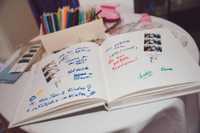 Ideal zum Einkleben der Fotos in Gästebücher vor Ort!