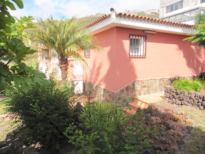 Blick von der Seite auf das Haus/Garten