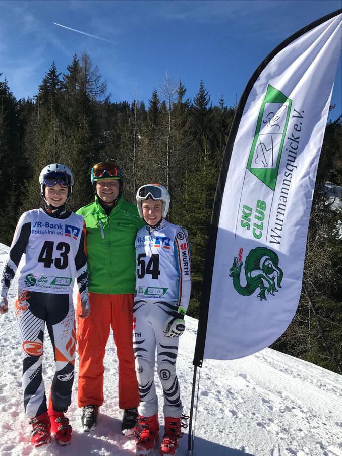Die Vereinsmeister 2019 Amelie Prinz (links) und Maxi Schemmer (rechts) mit erstem Vorstand Heinrich Leipold