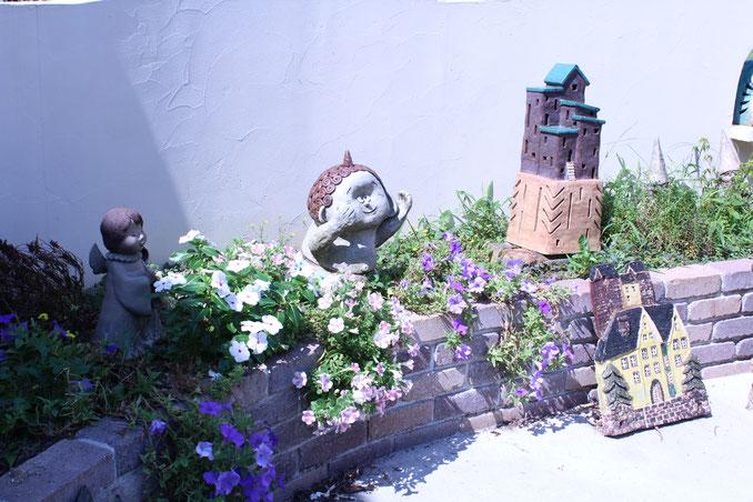 ガーデン人形はこんな風に飾ってください。