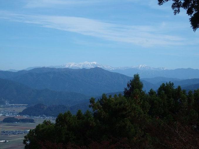 白山が冠雪している!!!!!                                      初冠雪から二度目の冠雪でしょう。山頂に着いて遠望すると凛々しい白山が目の前に。    今日は期待していなかっただけに感動してしまった。