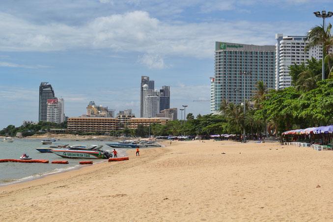 Pattayas Skyline, Strand und Speedboote
