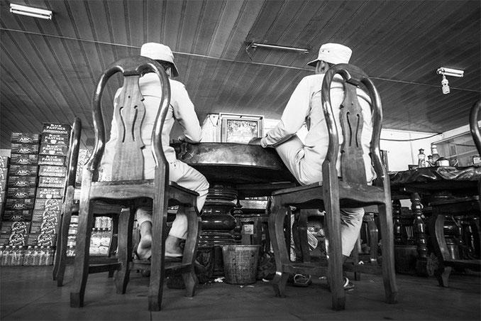 Trabajadores de la planta de procesado de caucho, a la hora del bocata.