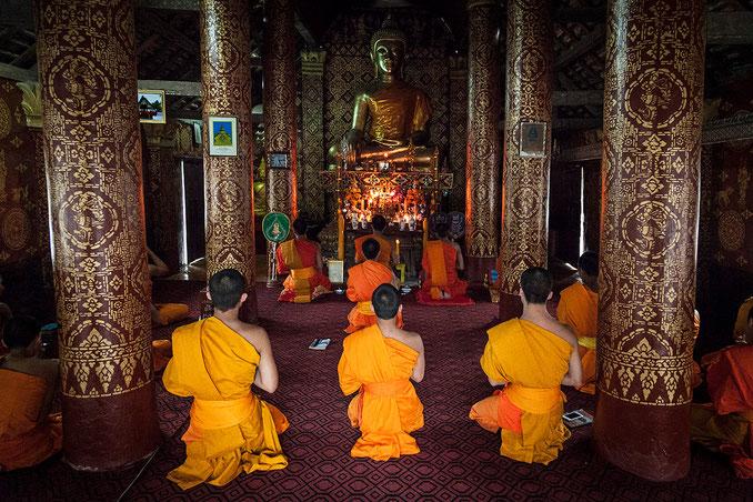 Al final de la tarde se llama a la oración en todos los templos.