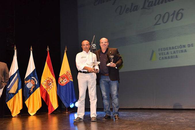 El Comodoro, don Carmelo Jiménez Hernández, entregando el trofeo a don Alejandro Barrera Vera