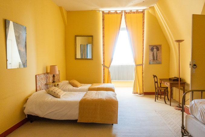 Yellow room - 3 single beds