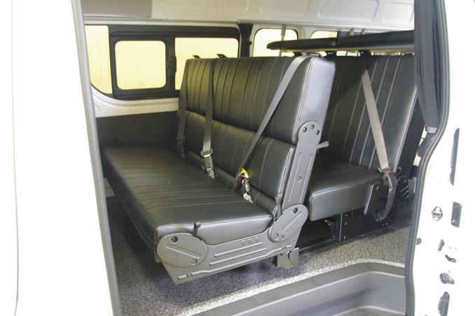 ハイエースのスライド対座シートはタイプ違いで2種類あります。