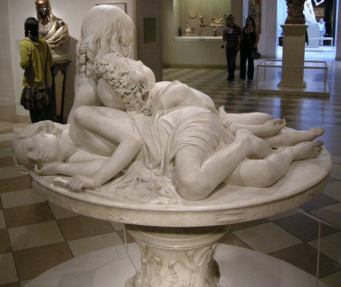sculpture classique marbre femmes nues couchées la table aux amours