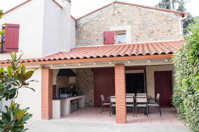 Une grande terrasse pour les barbecues ou planchas en famille ou entre amis
