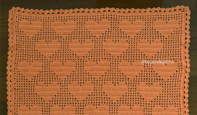 Cubrecama de corazones tejida en filet crochet