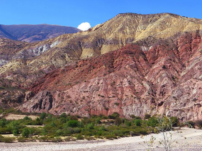 Interessant, die verschiedenen Farbnuancen der Berghänge.