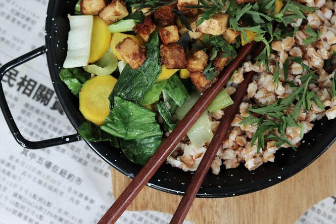 Pakchoi mit Karotten und Tofu in einer kleinen Pfanne