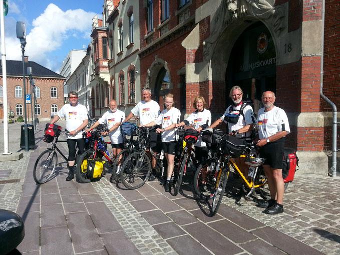 Ankunft der Radfahrer aus Münster vor dem Rathaus in Kristiansand (August  2015 nach einer 1000km-Radtour mit 5000 Hm)