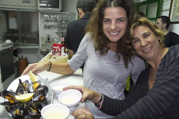 """Piligrimės užkandžiauja """"Gato Negro"""" bare Santjago de Komposteloje / Foto: Kristina Stalnionytė"""