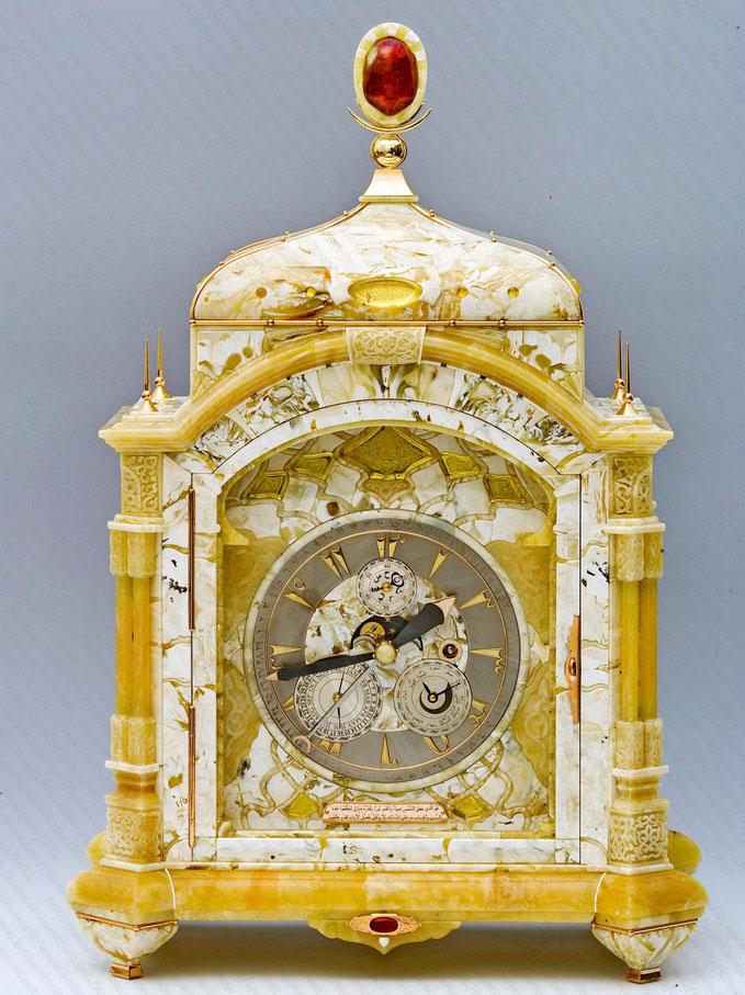 часы в янтарном корпусе Муслим. Балтийский янтарь