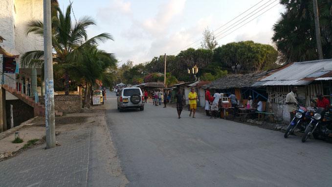 La calle principal de Watamu, dirección Watamu Old Town, altura Richland
