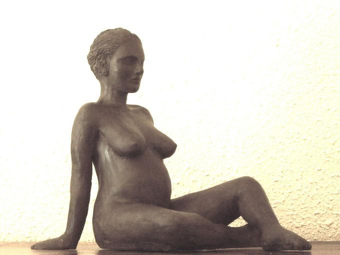 sculpture femme enceinte, sculpture argile nus feminins,sculpture femme, sculpture femme assise,sculpture femme nue  nus artistiques,