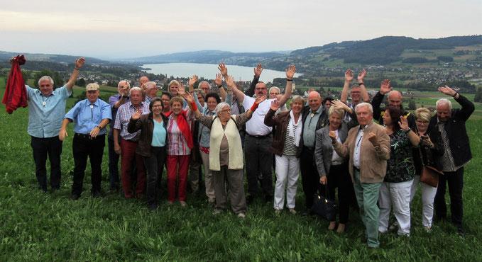 Die Reiseteilnehmer hoch über dem Aargauer Seetal auf dem Eichberg bei Seengen.