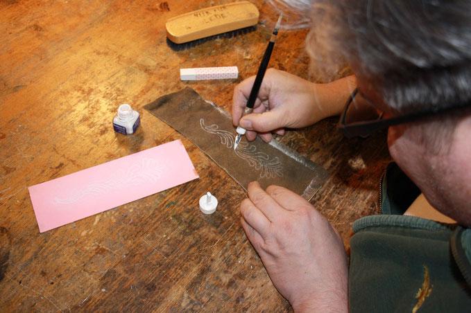 Übertrag der Stickmuster auf die Teilstücke der Hirschlederhose