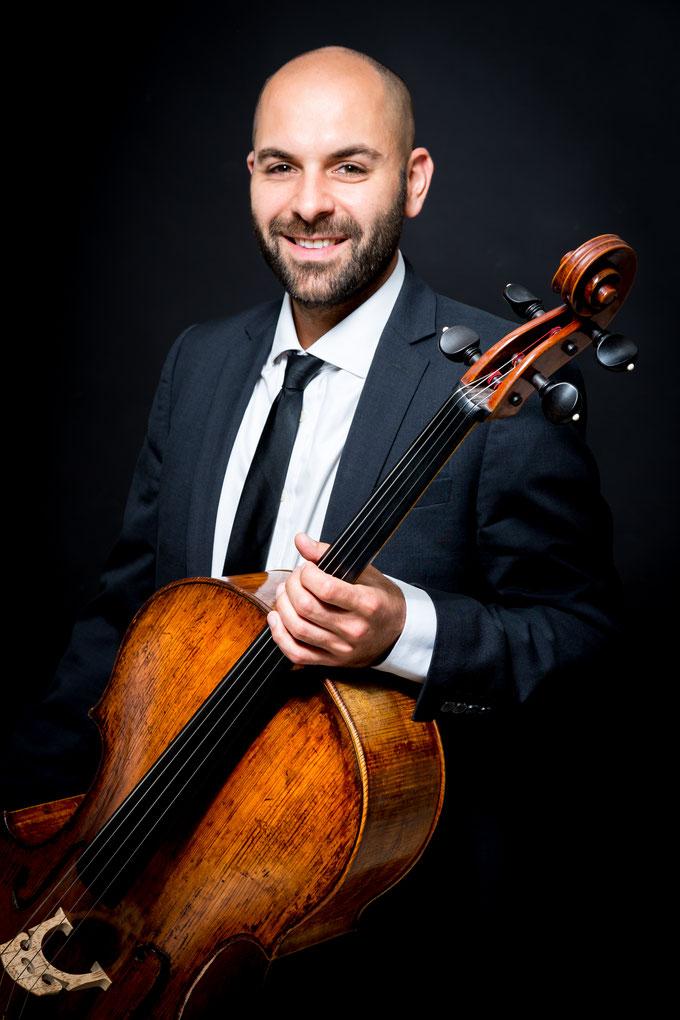 Mitarbeiterporträt eines Musikers vom Musikstudio Hamburg. Musikhochschule Hamburg.