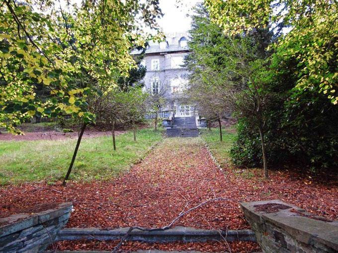 Blick durch das Gitter auf die Villa Pfau im Herbst 2014