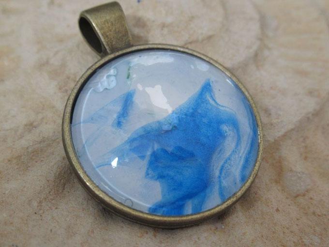 collier-fantaisie-pendentif-rond-bleu-blanc-irise-bijou-femme-fille-cadeau-original-royan-collection