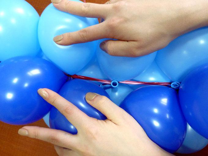 Протяжка тесьмы между центрами кластеров воздушных шаров