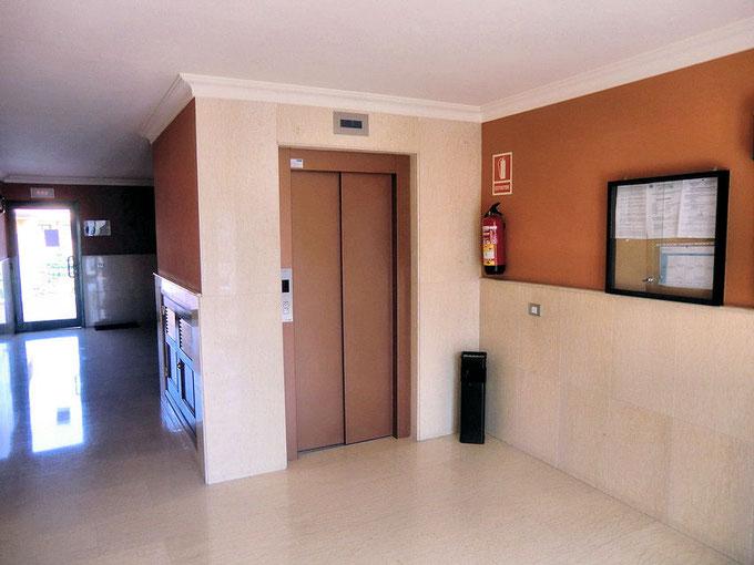 Eingangshalle mit Aufzug