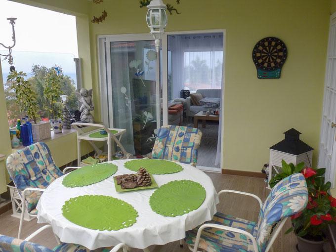 Gemütliche Terrasse vor dem Wohnzimmer