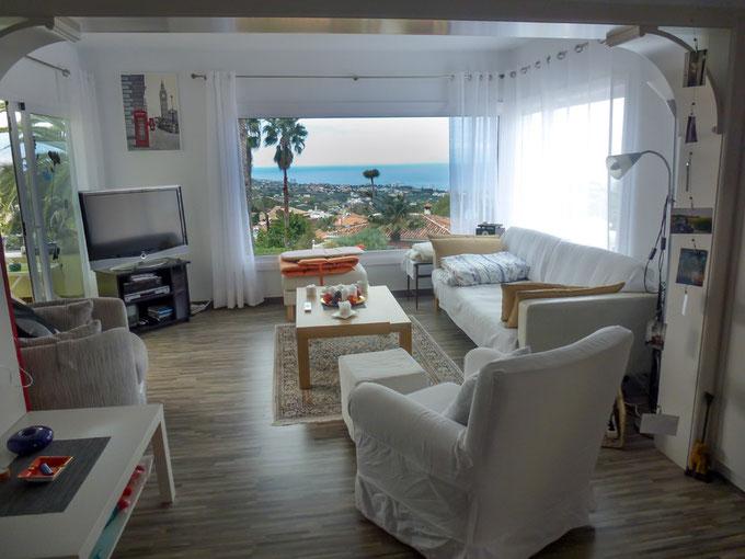 helles Wohnzimmer mit Panoramablick