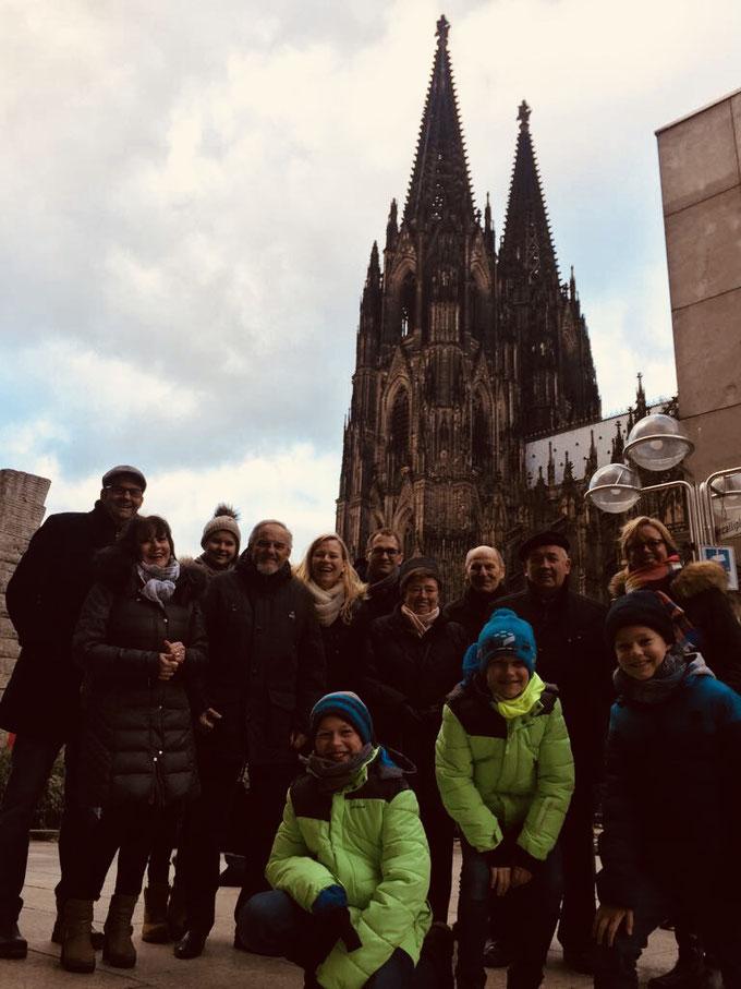 Familienfoto vor dem Kölner Dom, Köln Domplatte, Roncalliplatz Köln