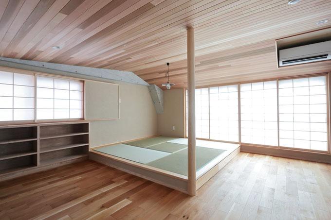 リビングの一部には小上りの畳コーナーを設置