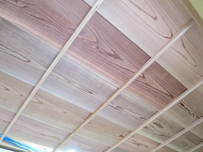 廻縁の取付後に天井板を取り付けました