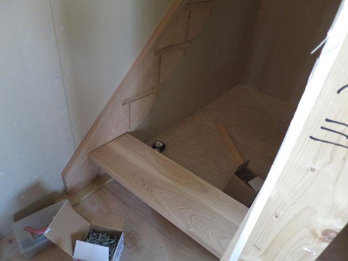 出来上がったタモの階段を取り付けます