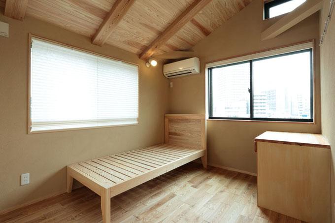 寝室には大工が造ったベッドと作り付けの机