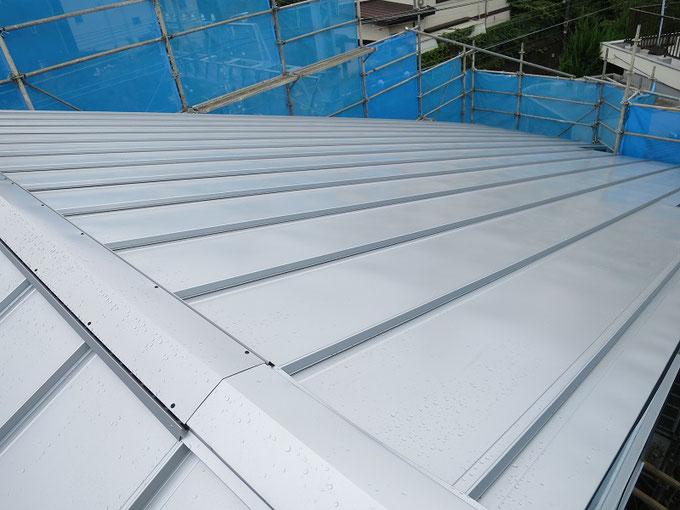 ガルバリウム鋼板縦葺きの屋根